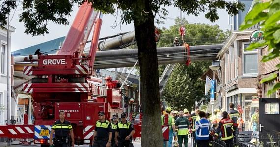 Dwa dźwigi przewróciły się na domy w miejscowości Alphen aan den Rijn w zachodniej Holandii. Rannych zostało 20 osób. Do katastrofy doszło w czasie budowy mostu.