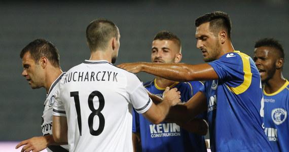 Kara dla FK Kukesi jest jak najbardziej logiczna. Przerwanie, a następnie brak możliwości dokończenia meczu z winy gospodarza zawsze skutkuje walkowerem. Z kolei trudno było oczekiwać, że Albańczycy od razu zostaną wyrzuceni z europejskich pucharów. Taką decyzję UEFA mogłaby podjąć w ubiegły piątek, zaraz po pierwszym meczu. Im bliżej było jednak rewanżu, tym bardziej oczywisty był fakt, że mecz w Warszawie odbędzie się zgodnie z planem.