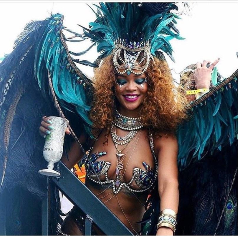 Rihanna wybrała się w podróż do swojego rodzinnego kraju. Wokalistka wzięła udział w karnawale na Barbadosie.