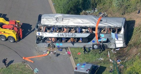 Śledczy z Opolszczyzny przejmują od niemieckiej prokuratury śledztwo w sprawie tragicznego wypadku polskiego autokaru na autostradzie pod Dreznem, do którego doszło rok temu. Zginęło wówczas 11 osób, a 67 zostało rannych. Dokumenty już trafiły do prokuratury w Opolu.