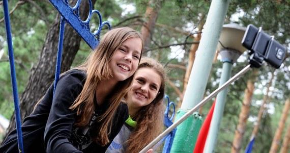 Kolejna tragedia w Rosji z powodu chęci posiadania oryginalnego i niepowtarzalnego selfie. 14-letnia dziewczyna zginęła pod Moskwą porażona prądem o napięciu 27 tysięcy volt, gdy na wagonie cysterny próbowała zrobić sobie zdjęcie.