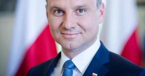 Podtrzymuję zobowiązanie z kampanii wyborczej: ustąpię z urzędu, jeśli w pierwszym roku prezydentury nie złożę dwóch zasadniczych dla mnie projektów - dotyczących obniżenia wieku emerytalnego i podniesienia kwoty wolnej od podatku – mówi w rozmowie z Polską Agencją Prasową prezydent elekt. Andrzej Duda zapewnił również, że nie zamierzam rewolucjonizować polskiej polityki zagranicznej. Zastrzega jednak, że w pewnych aspektach wymaga ona wzmocnienia i pewnej korekty. Dodaje, że chce utworzyć partnerski blok państw od Bałtyku po Morze Czarne. Prezydent elekt liczy też na kompromis ws. in vitro.