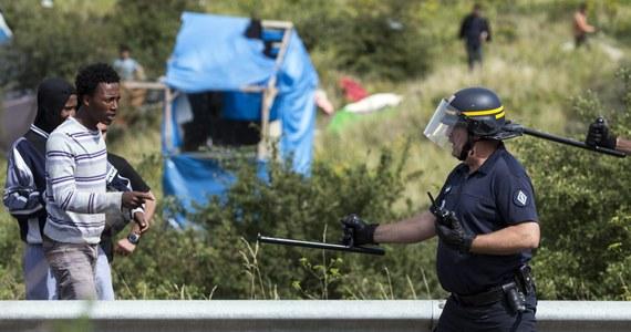 Francuscy policjanci w Calais żądają lepszego wyposażenia, by stawić czoła tabunom imigrantów szturmujących tunel pod Kanałem La Manche. Policjanci alarmują, że patrolowanie stało się tam niemożliwe bez pełnego rynsztunku bojowego.