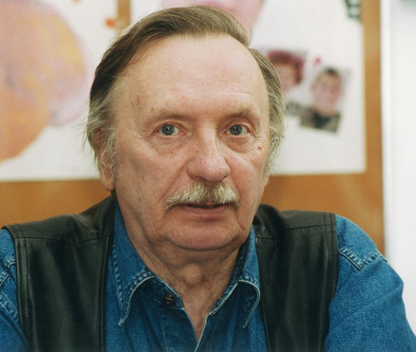 """Pamiętamy jego wspaniałe kreacje w takich produkcjach, jak """"Poszukiwany, poszukiwana"""", """"Miś"""", """"Kariera Nikodema Dyzmy"""", """"Przygody psa Cywila"""", """"Czterdziestolatek"""", """"Noce i dnie"""" czy """"Alternatywy 4"""". Wojciech Pokora zaczynał karierę w fabryce samochodów, na szczęście w porę zakochał się w teatralnej scenie. Potem to jego pokochali widzowie."""