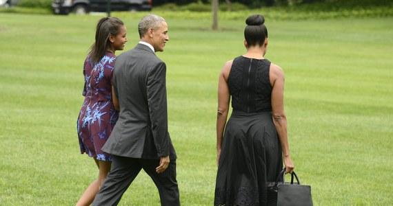 Amerykański prezydent Barack Obama tradycyjnie wybrał się na wyspę Martha`s Vineyard u wybrzeży Massachusetts. Poleciał tam wraz z żoną Michelle i córką Sashą – starsza Malia – odbywa wakacyjny staż na planie jednego z seriali.