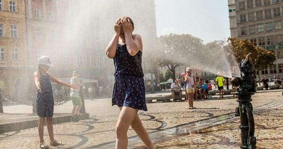 Sobota była dniem ekstremalnych upałów. Najwyższą temperaturę zanotowano o godz. 15 w Legnicy i Wrocławiu. Wyniosła 38 st. Celsjusza - poinformowała synoptyk IMGW Anna Nemec. Nieco ponad dwóch stopni zabrakło do pobicia polskiego rekordu ciepła, który wynosi 40,2 st. C.