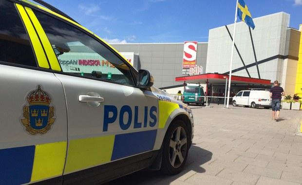 Dwóch mężczyzn zostało zatrzymanych po ataku w sklepie IKEA w Västerås w Szwecji. Od ciosów nożem zginęła 55-letnia kobieta i jej 28-letni syn. Policja twierdzi, że przypadkowi klienci sklepu zostali zaatakowani przez szaleńca.