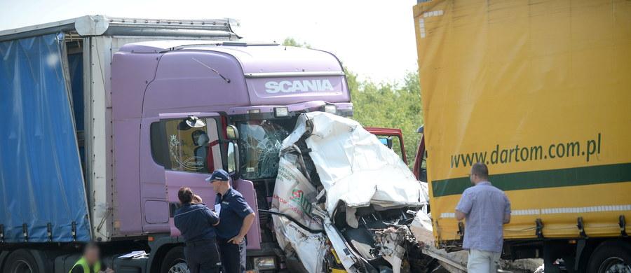 Tragiczny wypadek na drodze krajowej numer 50 w pobliżu Mszczonowa w województwie mazowieckim. W zderzeniu dwóch tirów z busem zginęły 2 osoby.