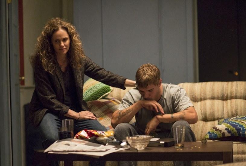 """Drugi sezon serialu HBO """"Pozostawieni"""" (The Leftovers) będzie można oglądać od 5 października w HBO i HBO GO. Po tajemniczym zniknięciu 2% mieszkańców Ziemi, ci którzy pozostali, próbują odnaleźć się w nowej sytuacji. W drugim sezonie rodzina Garveyów przenosi się do miasteczka we wschodnim Teksasie, z którego nie zniknęła ani jedna osoba. Pomysłodawcami serialu są Damon Lindelof i Tom Perrotta."""