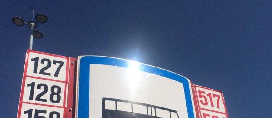 """Do soboty drogowcy będą remontowali nawierzchnię przystanków przy Dworcu Centralnym w Warszawie. Autobusy kursujące alejami Jerozolimskimi do tego czasu będą zatrzymywały się w innych miejscach. """"Niełatwo było znaleźć tymczasowe przystanki. Oznakowanie nie jest dobre. Zmarnowałam 7 minut i po drodze w tym upale wypiłam dwa litry wody mineralnej"""" - skarży się jedna z pasażerek, którą na miejscu spotkał nasz reporter Michał Dobrołowicz. """"Ci, którzy znają centrum Warszawy jakoś sobie poradzą. Turyści będą mieć wielki problem"""" - ocenia inny pasażer."""