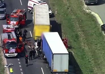 Tragiczny wypadek, tiry zmiażdżyły busa