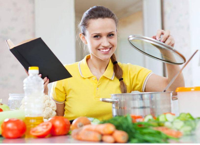 W diecie ważne jest nie tylko to , co jemy, ale również w jaki sposób podajemy jedzenie. Za pomocą prostych trików możemy oszukać nasz wzrok, a przez to jeść mniej i nie odczuwać głodu. Pomoże ci w tym wielkość używanych do posiłków talerzy oraz ich kolor.