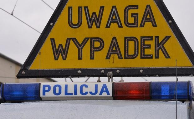 Noc w policyjnym areszcie spędzi sprawca śmiertelnego potrącenia 40-latki w Piszu (woj. warmińsko-mazurskie). Mężczyzna uciekł z miejsca wypadku, a później zgłosił się na policję twierdząc, że ktoś ukradł mu auto. Ostatecznie jednak przyznał się do winy.