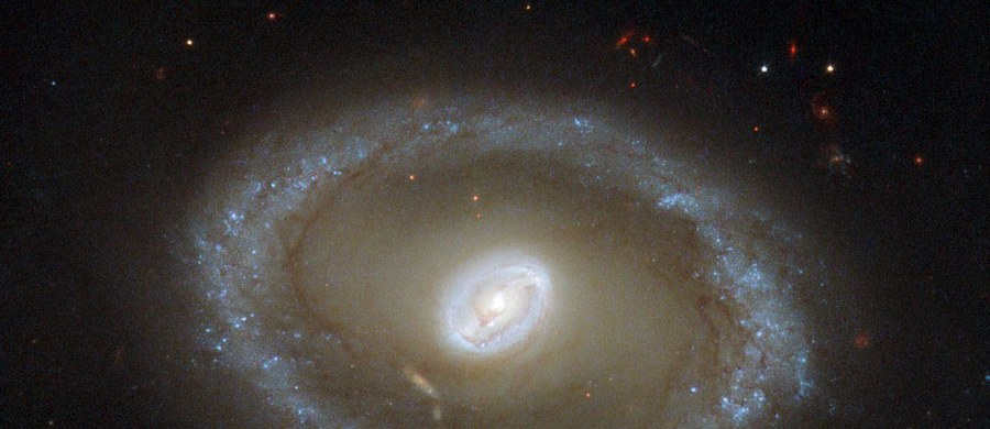Zespół astronomów odkrył, że Wszechświat, który znamy, powoli ciemnieje i zanika, a energia emitowana przez niego zmniejszyła się w ciągu ostatnich 2 mld lat o prawie połowę. Takie wnioski wyciągnięto po przebadaniu w 21 zakresach fal światła emitowanego przez 200 tys. galaktyk.