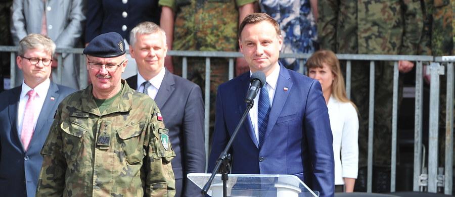 """Prezydent Andrzej Duda zadeklarował w Szczecinie, że będzie zabiegał o większą obecność sił NATO w Polsce. Jak mówił, będzie się starał współdziałać w tej sprawie z szefem resortu obrony, wicepremierem Tomaszem Siemoniakiem. """"W dzisiejszej sytuacji geopolitycznej obecność Sojuszu, który wspólnie, razem, z całą pewnością stanowi największą na świecie siłę militarną, jest bardzo ważna nie tylko dla Polski, ale dla wszystkich krajów Europy Środkowo-Wschodniej"""" - powiedział prezydent."""