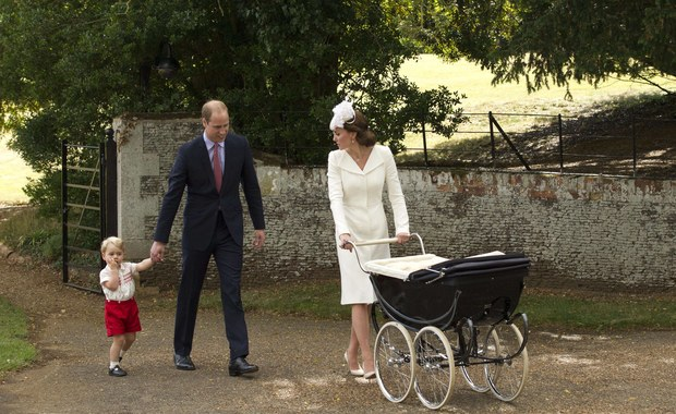 """Fotoreporterzy pracujący dla brytyjskich tabloidów stają niemal na głowie, żeby uchwycić w obiektywie następcę tronu, księcia George'a. Książę William i księżna Kate zdecydowali się więc wydać specjalne oświadczenie. """"Granica została przekroczona"""" - napisano w wydanym komunikacie."""