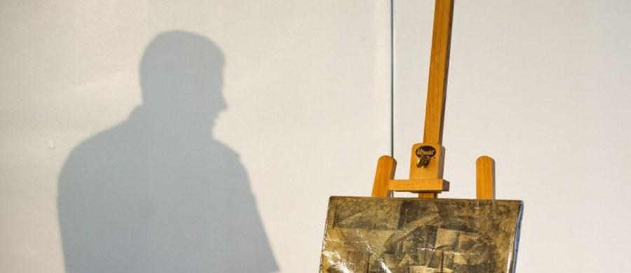 """""""La Coiffeusse"""" - kubistyczny obraz hiszpańskiego malarza Pabla Picassa został oficjalnie przekazany francuskiej ambasadzie w Waszyngtonie. Odnalezione w kontenerze z tandetą i wyrobami pamiątkarskimi dzieło, zostało zidentyfikowane jako praca malarza w styczniu tego roku."""
