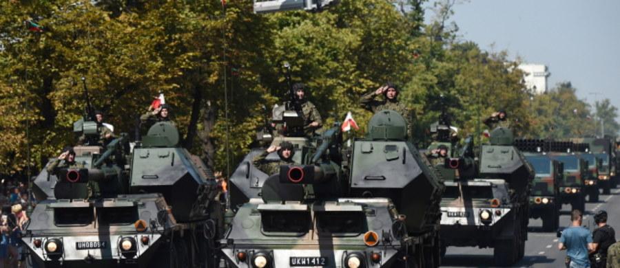 Tłumy widzów obejrzały defiladę z okazji Święta Wojska Polskiego. Warszawskimi ulicami przemaszerowało ok. 900 żołnierzy i przejechało ponad 150 pojazdów. Defiladę otworzył przelot ponad 60 samolotów i śmigłowców.