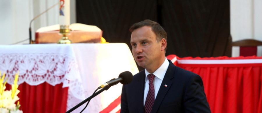 Wierzę w to głęboko, że jesteśmy w stanie odbudować Polskę silną - mówił prezydent Andrzej Duda w Radzyminie po uroczystej mszy świętej z okazji 95. rocznicy bitwy warszawskiej 1920 roku.  Wezwał do budowania dzisiaj - tak jak w 1920 r. - poczucia wspólnoty.