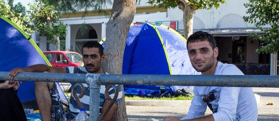 Setki znajdujących się na greckiej wyspie Kos syryjskich uchodźców umieszczono w niedzielę wieczorem na statku pasażerskim. Ma to złagodzić problemy z zakwaterowaniem tysięcy migrantów, którzy w ostatnich tygodniach przybyli tam łodziami z pobliskiej Turcji.