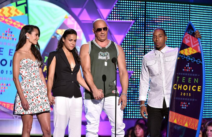 """Podczas gali Teen Choice Awards, na której siódma odsłona """"Szybkich i wściekłych"""" zdobyła dwie statuetki, Vin Diesel wraz z całą ekipą pracującą nad serią złożyli hołd Paulowi Walkerowi."""