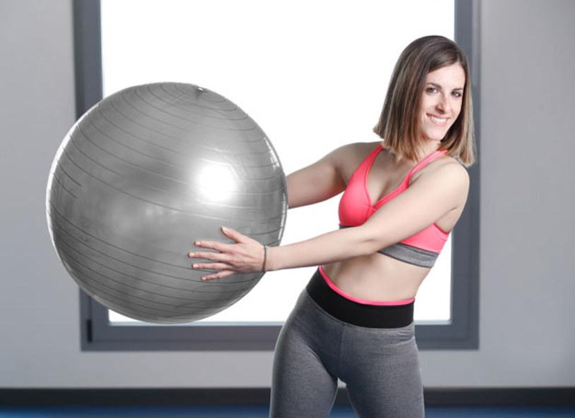 """W magazynie """"Lady Fit"""" Katarzyna Kępka i trener Szymon Gaś zaprezentowali ćwiczenia z wykorzystaniem piłki. Jak wykonać brzuszki, przysiady i wykroki z piłką? W jakim trybie należy wykonywać trening?"""