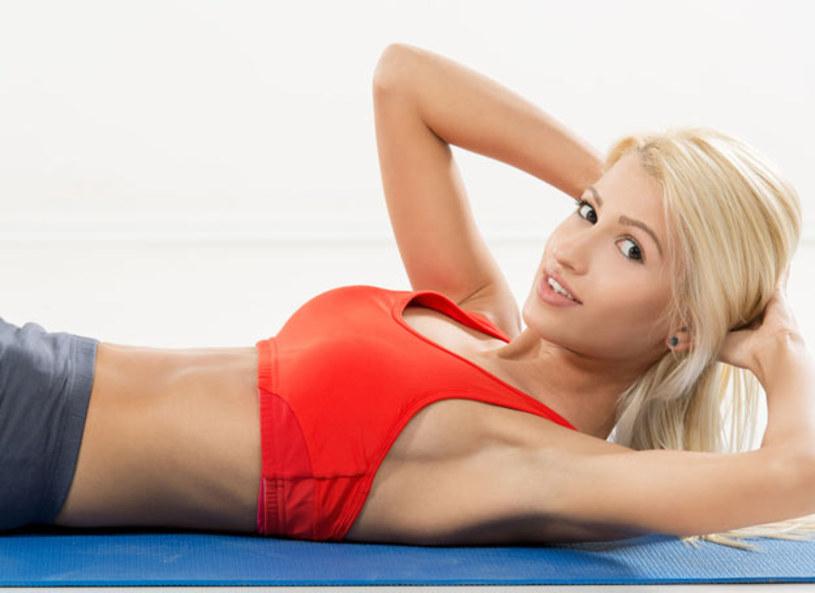"""Żadnej aktywności fizycznej nie zaczynamy bez rozgrzania ciała. Natalia Gacka w """"Zeszycie ćwiczeń"""" proponuje szybką, dynamiczną rozgrzewkę, opartą o bieg w miejscu, podskoki i przeskoki oraz krążenia rozgrzewające stawy. Jak prawidłowo wykonać ćwiczenia na brzuch? - Jeżeli wykonujesz ćwiczenia na brzuch i nie oddychasz, nie ma to największego sensu - powiedziała trenerka."""