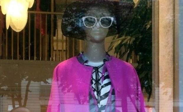 """Już za kilka miesięcy modne panie będą oglądały świat """"przez różowe okulary"""". To własnie kolor różowy – oprócz czerni, szarości i bezy – będzie przebojem tegorocznej jesieni i zimy – zapowiadają paryscy dyktatorzy mody. Najsławniejsze domy mody francuskiej stolicy już proponują zamożnym klientkom optymistyczne jesienne akcenty."""