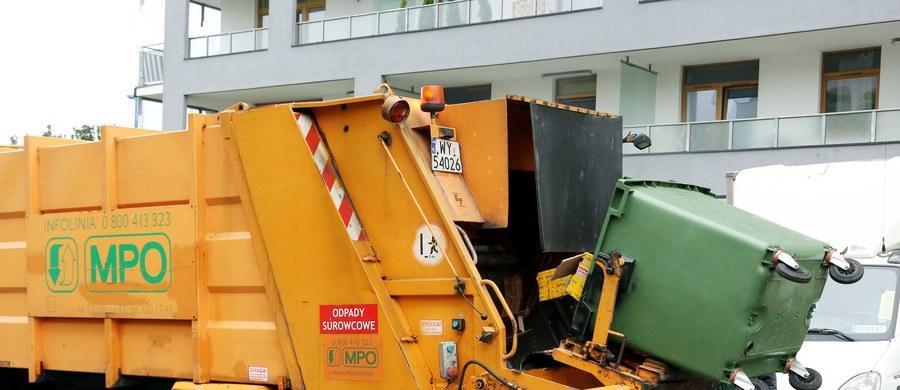 Pięć osób zostało rannych w zderzeniu autobusu miejskiego ze śmieciarką w Warszawie. Dwie z nich trafiły do szpitala.