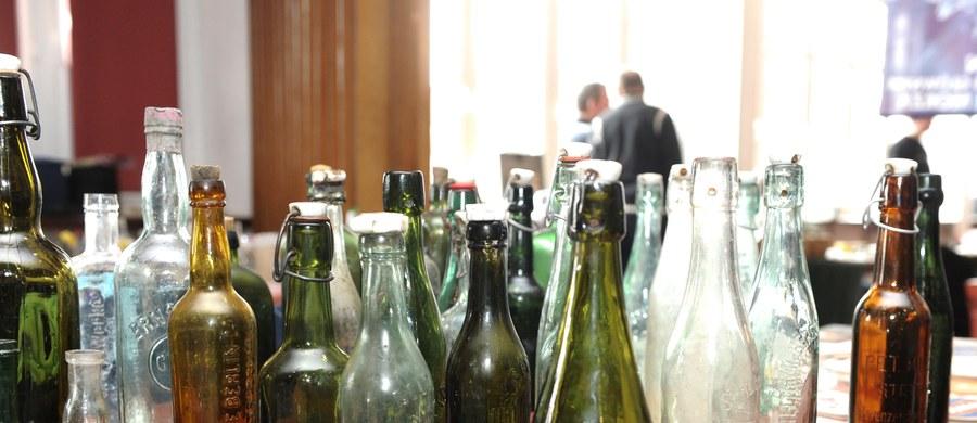 Ponad 1000 butelek piwa otworzyli nieznani sprawcy, którzy włamali się do sklepu z napojami w Muelheim an der Ruhr w Niemczech. Włamywacze poszukiwali ukrytych pod kapslami losów, za które od producenta piwa można otrzymać cenne nagrody.