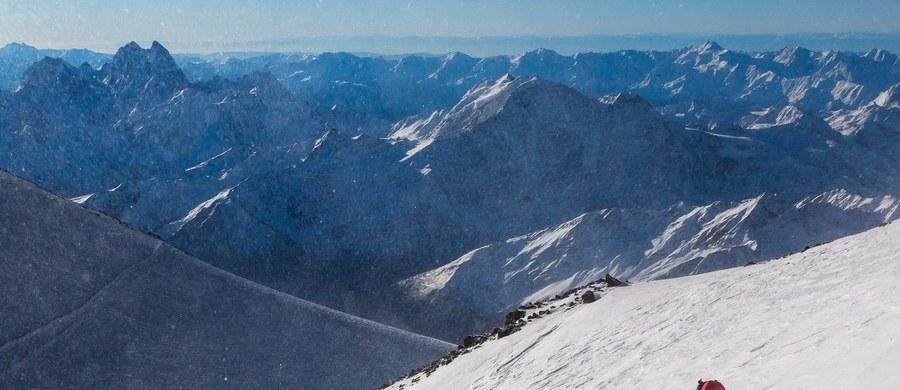 Rosyjscy ratownicy znieśli do wsi Tierieskoł ciało pierwszego z polskich wspinaczy, które wczoraj odnaleziono pod Elbrusem. Wkrótce ma zostać przetransportowane również ciało drugiego alpinisty. Ekipy poruszają się jednak na piechotę. Nie ma możliwości wykorzystania śmigłowca.