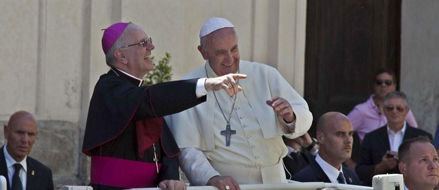 """Polityka to """"mały harem dokooptowanych po znajomości i cwaniaków""""-  taką opinię wyraził sekretarz generalny episkopatu biskup Nunzio Galantino. To kolejna polemika, jaka wybuchła w tych dniach po jego słowach. Słowa duchownego wywołały w kraju burzę."""