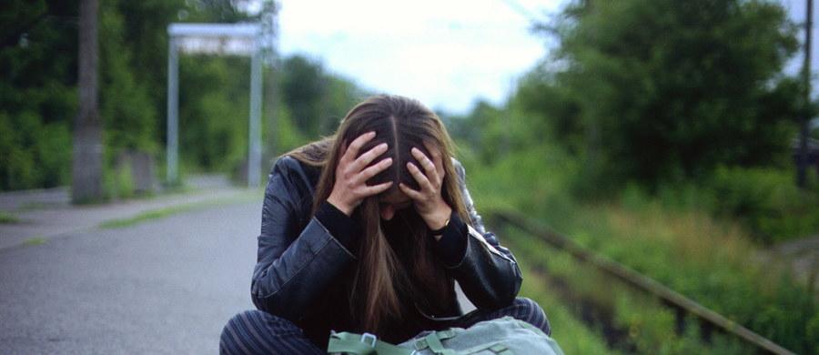 """Dobre emocje są zaraźliwe, depresja nie - przekonują brytyjscy naukowcy. Ich najnowsza praca pokazuje, że osoby, które odczuwają pogorszenie nastroju, podejrzewają, że mogą być w depresji, powinny jak najwięcej przebywać wśród ludzi. Jak piszą na łamach czasopisma """"Proceedings of the Royal Society B."""", życzliwe wsparcie otoczenia w ciągu 6 do 12 miesięcy zwiększa szanse wyjścia z depresji nawet dwukrotnie."""