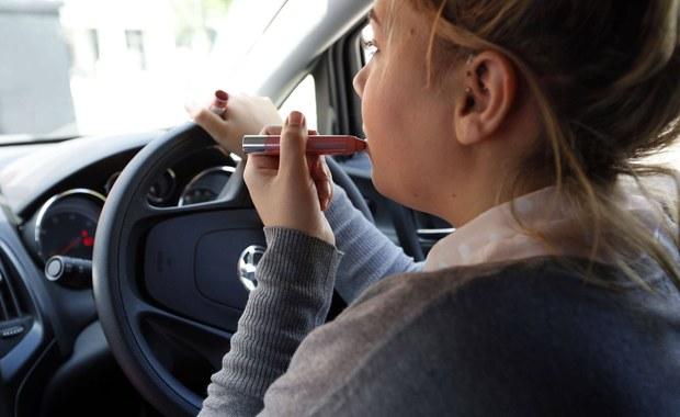 Rzymska straż miejska apeluje do pań, by nie malowały się za kierownicą. Grożą wymierzaniem surowych kar kobietom, które malują się za kierownicą gdy stoją na światłach, czy nawet podczas jazdy.