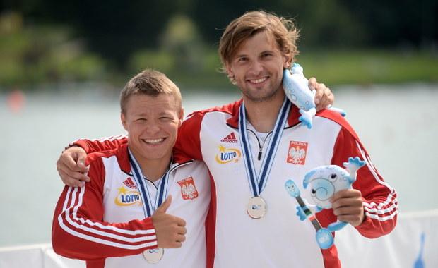 Na pięć polskich ekip tylko jedna zdobyła medal w sesji przedpołudniowej mistrzostw świata w kajakarstwie w Mediolanie. W nieolimpijskiej konkurencji kanadyjkowych dwójek (C2) 500 m srebro wywalczyli Wiktor Głazunow i Vincent Słomiński.
