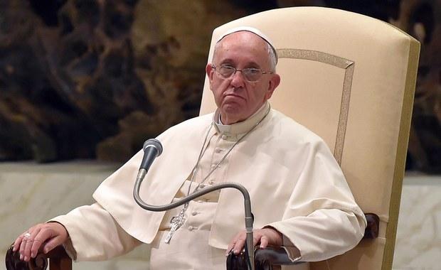 Papież Franciszek zaskoczył w piątek duchowieństwo i wiernych uczestniczących w bazylice watykańskiej we mszy przy grobie świętego Piusa X. Papież przyszedł nieoczekiwanie na mszę, usiadł w ławce z innymi i stał w kolejce do komunii.