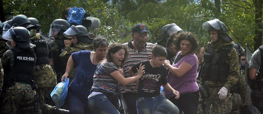 Setki migrantów przedarły się dziś do Macedonii z Grecji. To już kolejny dzień dantejskich scen na granicy między obu krajami. Dzień wcześniej w tym samym kierunku przedostały się tysiące uchodźców m.in. z Afryki i Bliskiego Wschodu.