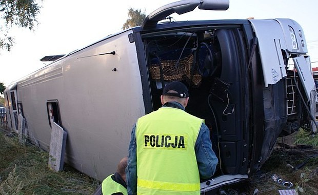 Pięć osób zostanie w szpitalach na obserwacji – to ranni w wypadku autokaru w Kopaninach koło Wieruszowa w Łódzkiem. Jeszcze w poniedziałek do domów mają wrócić czterej, inni pasażerowie z tego autobusu.