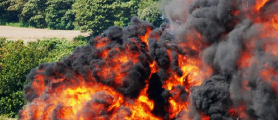 Rozpoczęła się akcja usuwania wraku myśliwca Hawker Hunter, który w sobotę rozbił się na autostradzie A27 na południu Anglii. To bardzo trudna operacja, ponieważ w samolocie wciąż jest paliwo, a częściowo uruchomiona katapulta pilota zawiera materiał wybuchowy.