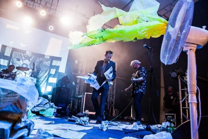 """Kinsky działał w latach 1992 – 1996. Swoją oryginalną, brutalną muzyką i manifestami wywoływał więcej zmieszania niż zachwytów. Jedyna płyta grupy, """"Copula Mundi"""", doczekała uznania dopiero po latach. Niedawno Kinsky powrócił (zagrał m.in. na tegorocznym OFF Festivalu) i szykuje drugi album. """"Jak możliwe jest w cywilizacji rozumu stworzenie piekła na ziemi dla innych"""" – to jego przewodnia myśl."""