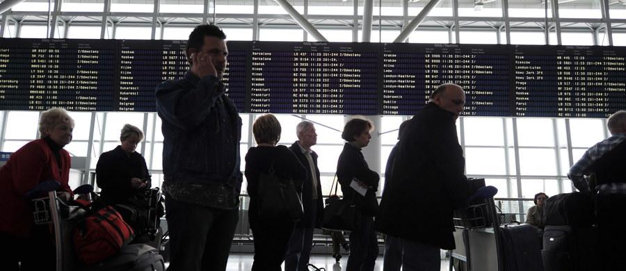 """190 polskich turystów wreszcie wróciło do kraju po prawie dobie koczowania na tureckim lotnisku Bodrum. """"Nikt nie chciał z nami rozmawiać, musieliśmy walczyć nawet o szklankę wody"""" – relacjonowali po przylocie do kraju. Zapowiadają, że złożą pozew zbiorowy przeciwko organizatorowi wyjazdu."""