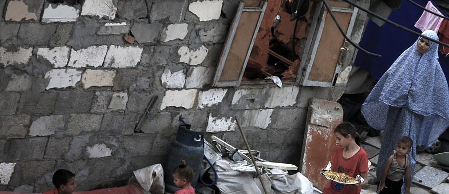 Ponad 200 tys. dzieci nie rozpoczęło w poniedziałek roku szkolnego w Strefie Gazy z powodu strajku pracowników ONZ-owskiej agencji pomocy uchodźcom UNRWA. W szkołach prowadzonych przez radykalny palestyński Hamas zajęcia rozpoczęły się normalnie.