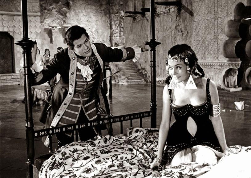 """Kino Pod Baranami zaprasza na specjalny pokaz odrestaurowanego filmu Wojciecha Jerzego Hasa - """"Rękopis znaleziony w Saragossie"""", według powieści hrabiego Jana Potockiego. Projekcja odbędzie się na malowniczym dziedzińcu Pałacu Potockich w środę, 26 sierpnia, o godz. 20:45 w ramach obchodów ogłoszonego przez UNESCO Roku Potockiego."""