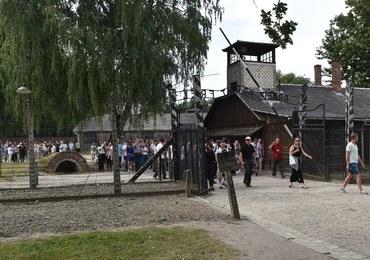 """""""Gazeta Wyborcza"""": Stacze w kolejce do Muzeum Auschwitz"""