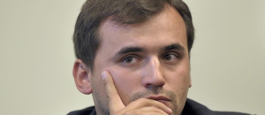 Będzie prokuratorskie zażalenie na sądową decyzję w sprawie Marcina Dubienieckiego - dowiedzieli się nieoficjalnie reporterzy RMF FM. Nad ranem sąd w Krakowie zdecydował, że adwokat nie trafi do aresztu, jeśli wpłaci 600 tysięcy złotych kaucji. Obrońcy Dubienieckiego zapowiedzieli, że uczynią to jeszcze dzisiaj. Co dziwne - sąd nie zawahał się skierować do aresztu 4 pozostałych podejrzanych w sprawie - bez możliwości poręczenia majątkowego.