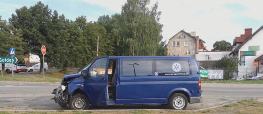 Pięć osób zostało ranny w zderzeniu busa z samochodem osobowym. Do wypadku doszło na skrzyżowaniu ul. Armii Krajowej z Targową w mazurskim Węgorzewie.