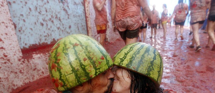 Ponad 20 tysięcy osób z całego świata wzięło udział w corocznej pomidorowej bitwie, której areną było po raz 70. miasteczko Bunol na wschodzie Hiszpanii. Po trwającej godzinę Tomatinie, w której zużyto 175 ton pomidorów, ulice spłynęły czerwoną pulpą.