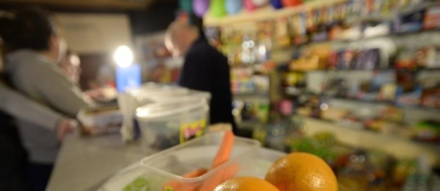 W kanapkach sprzedawanych w sklepikach szkolnych będą musiały znaleźć się warzywa lub owoce. Ponadto mogą one zawierać na przykład szynkę z indyka, przetwory z ryb i jaja, ale nie można do nich dodawać majonezu i salami - to jedna z zasad, którą wprowadza rozporządzenie ministra zdrowia. Od 1 września, czyli z początkiem nowego roku szkolnego, wejdzie w życie nowelizacja ustawy o bezpieczeństwie żywności i żywienia, zgodnie z którą firmy prowadzące sklepiki szkolne nie będą mogły sprzedawać w nich tzw. śmieciowego jedzenia.