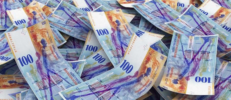 Koszty przewalutowania kredytów frankowych w połowie będą ponosić banki, a w połowie kredytobiorcy - taką poprawkę do ustawy o frankowiczach przyjęła w czwartek senacka komisja budżetu i finansów. Komisja zarekomendowała Senatowi przyjęcie tej poprawki.