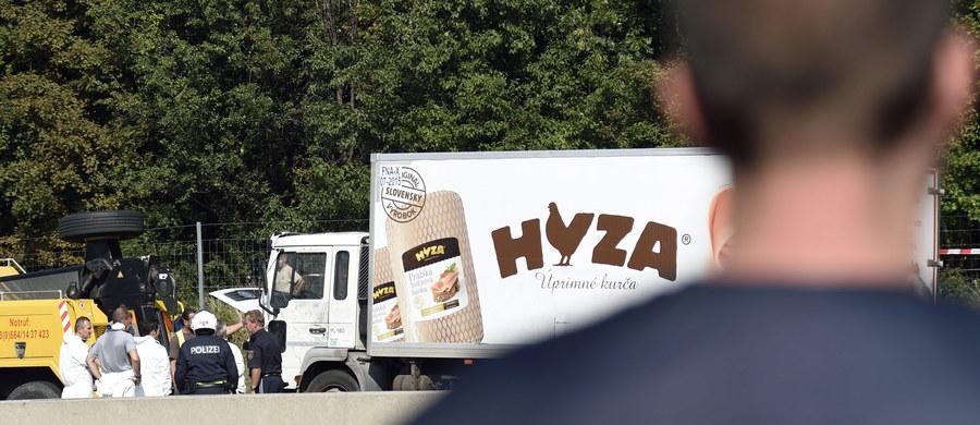 Ponad 70 ciał uchodźców wydobyto w nocy z czwartku na piątek z ciężarówki we wschodniej Austrii - powiedział agencji APA rzecznik austriackiego MSW. Zwłoki znaleziono w ciężarówce chłodni, odstawionej w zatoce awaryjnej na autostradzie A4 między granicą Węgier a Wiedniem. Pojazd ma węgierskie numery rejestracyjne. Trwają poszukiwania jego kierowcy.